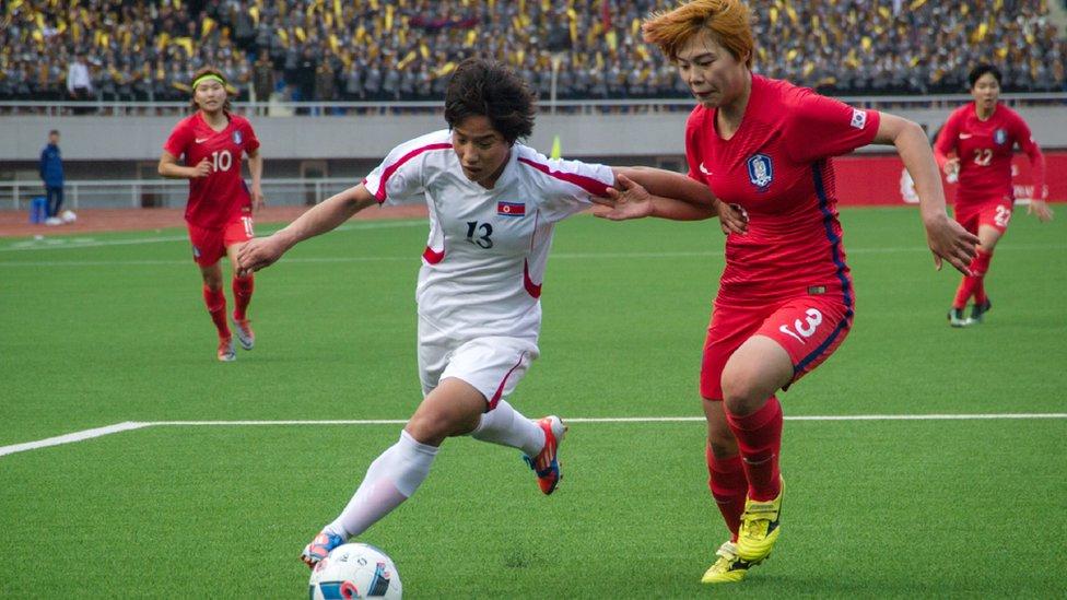 2017年4月,身穿白色球衣的朝鮮女足球員,在金日成體育場對戰韓國隊