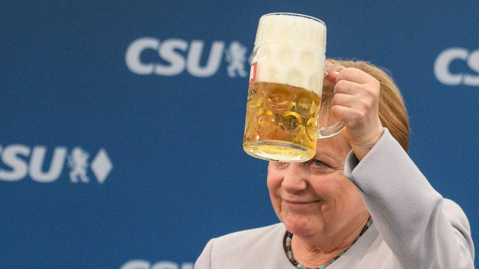 Angela Merkel brinda con una cerveza