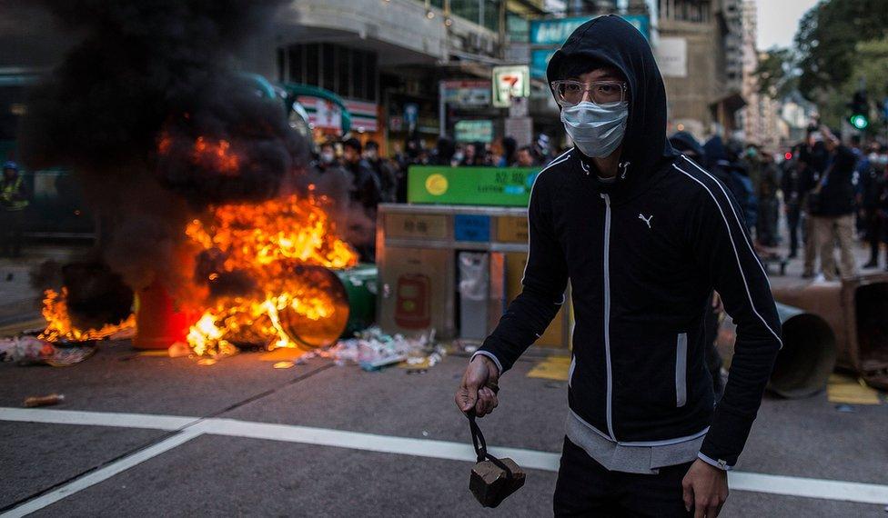 旺角衝突中有民眾對警方擲磚頭。