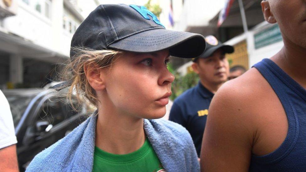 Настю Рыбку и Алекса Лесли задержали в России сразу по прилету из Таиланда