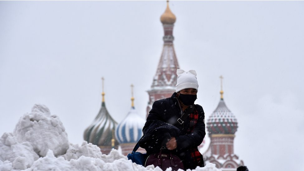 Un hombre camina en medio de la nieve en Moscú.
