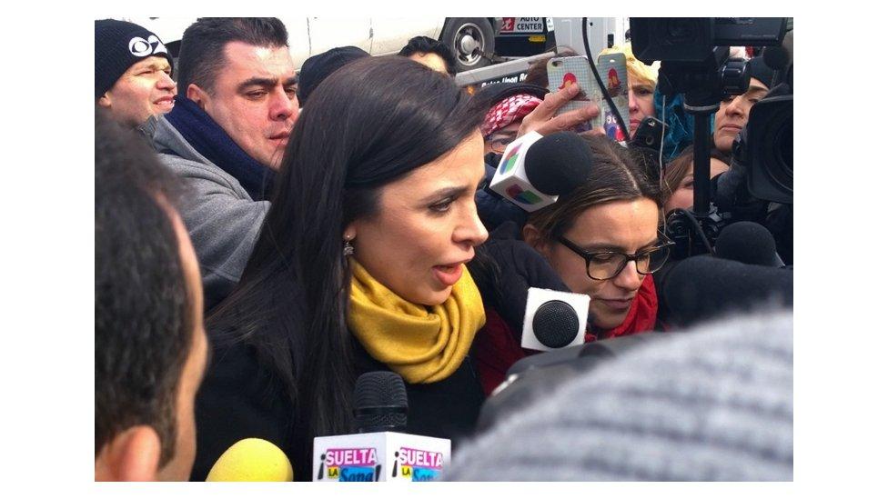 A esposa de El Chapo na sa�da do tribunal