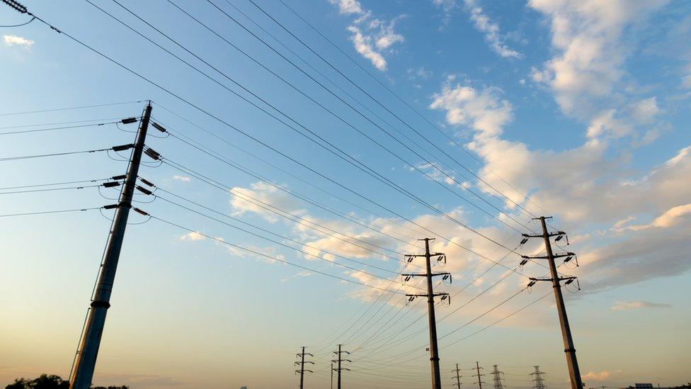 La disputa por el alquiler de postes de energía se resolvió gracias a un contrato en francés.