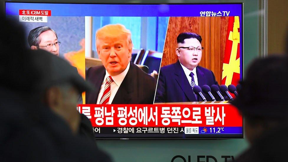 Trump y Kim en una televisión en Seúl.