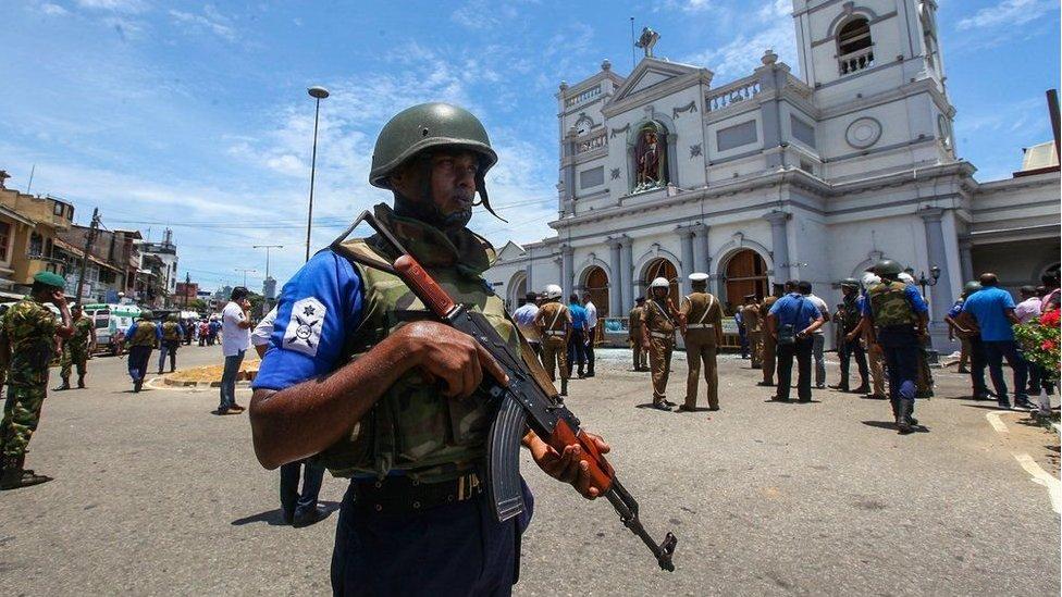 سری لنکا: ایسٹر کے موقع پر گرجا گھروں اور ہوٹلوں پر بم حملوں میں 207 ہلاکتوں کے بعد سوگ