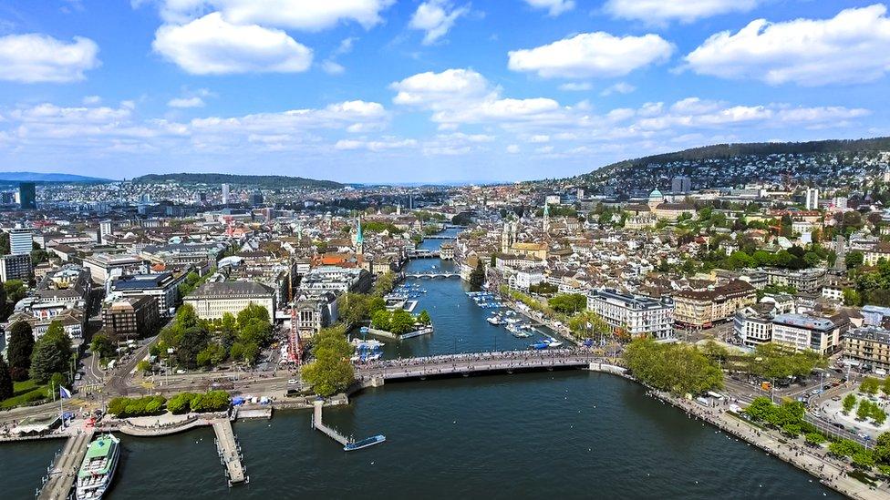 Un salario promedio en Zúrich es de US$60.000 según la OCDE.
