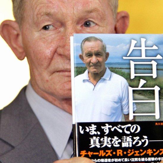 Charles Jenkins con su libro publicado en japonés