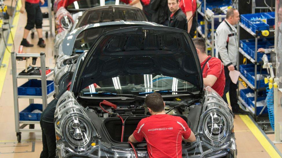 Trabajadores en una fábrica de Porsche