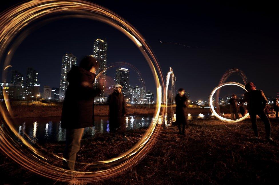 Peoأشخاص يشاركون في لعبة شعبية تسمى جويبولنوري بسيول في كوريا الجنوبية احتفاء ببزوغ القمر بمناسبة حلول السنة الجديدة بهدف طرد الحشرات والحظ السيء.