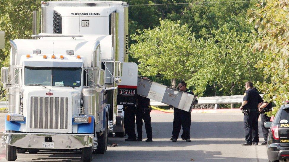 Camión registrado por policías.