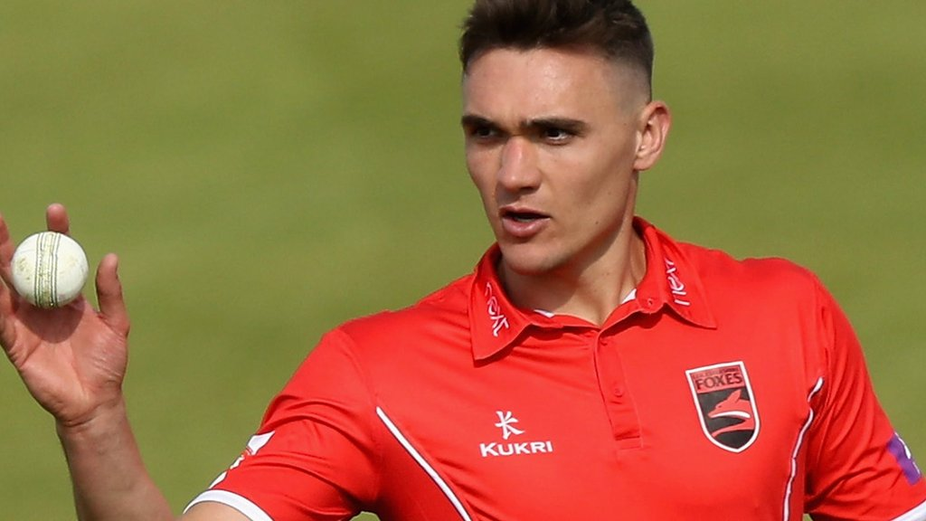 Gavin Griffiths: Leicestershire seamer agrees new deal until 2020