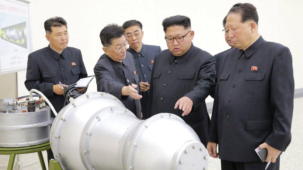 Kim Jong-un inspecciona un componente del programa nuclear de Corea del Norte