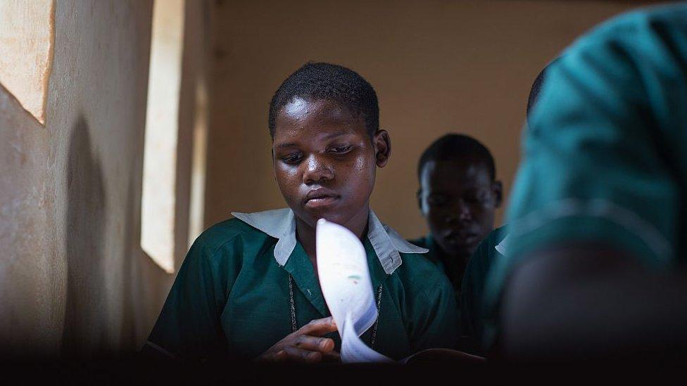 Niña estudia en una escuela de Sudán del Sur.