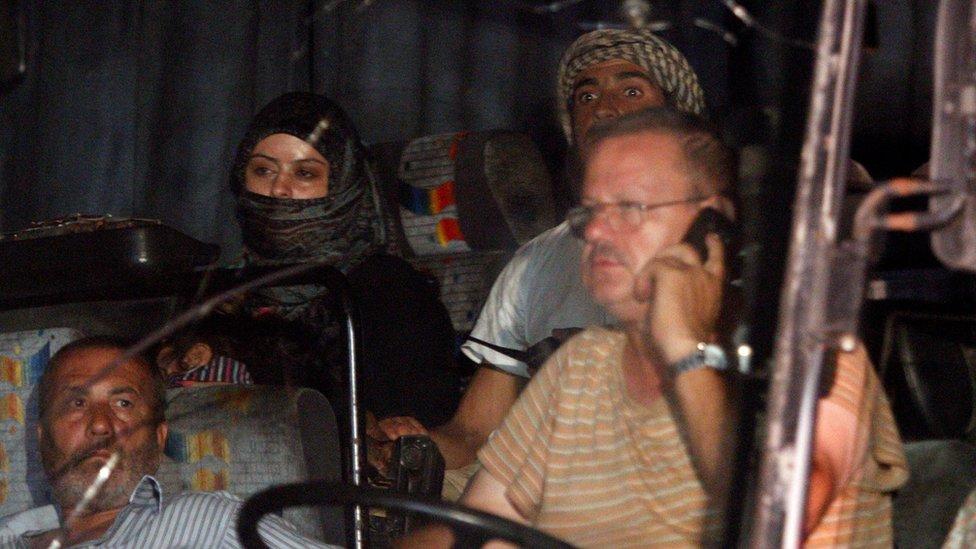 نقل المسلحون مع عوائلهم في الحافلات من منطقة الحدود السورية اللبنانية