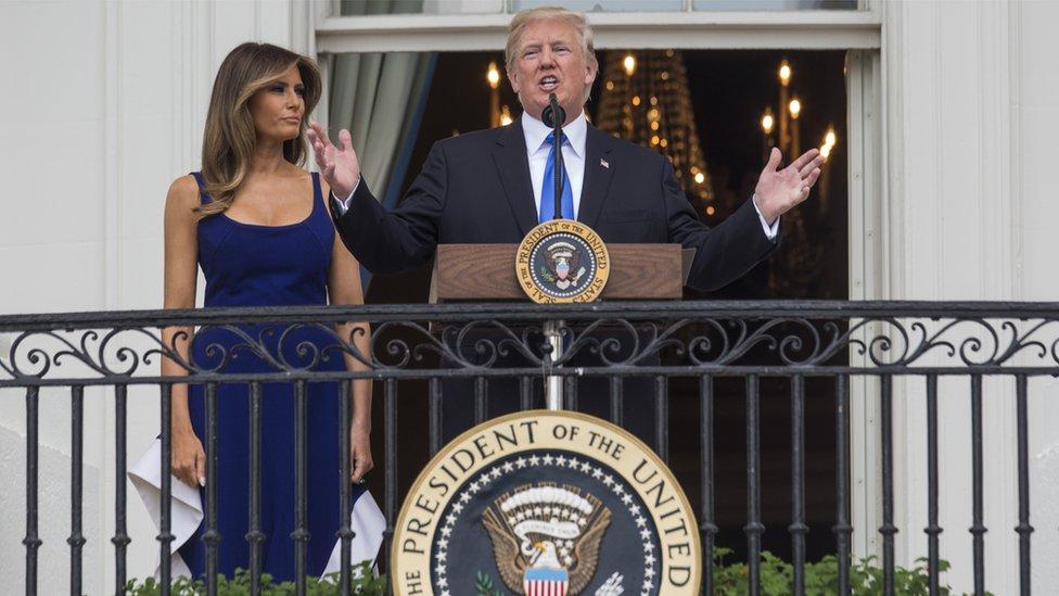 Donald Trump hablando en la Casa Blanca junto a Melania Trump.