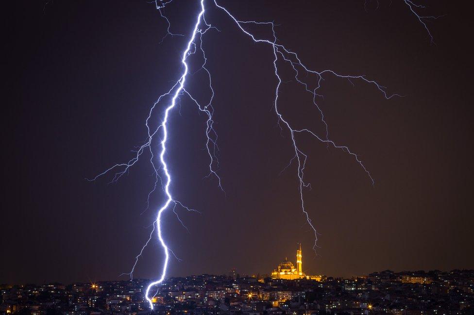 Finalmente, esta impresionante imagen de rayos golpeando Estambul, Turquía, durante una tormenta eléctrica.