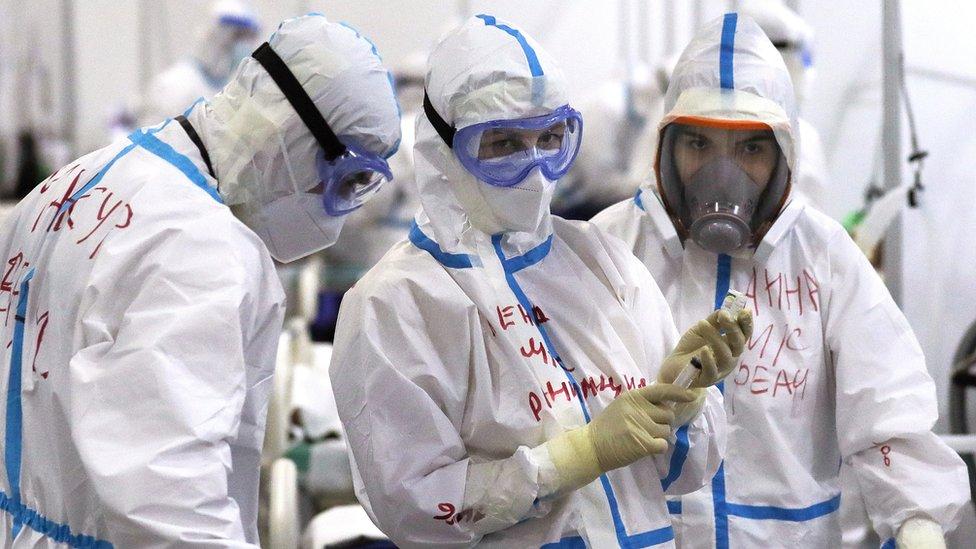 Русская студентка проходит практику в офисе