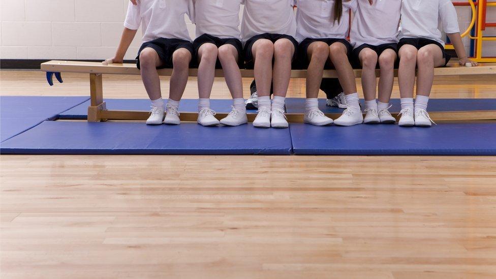 Escolares en el gimnasio esperando