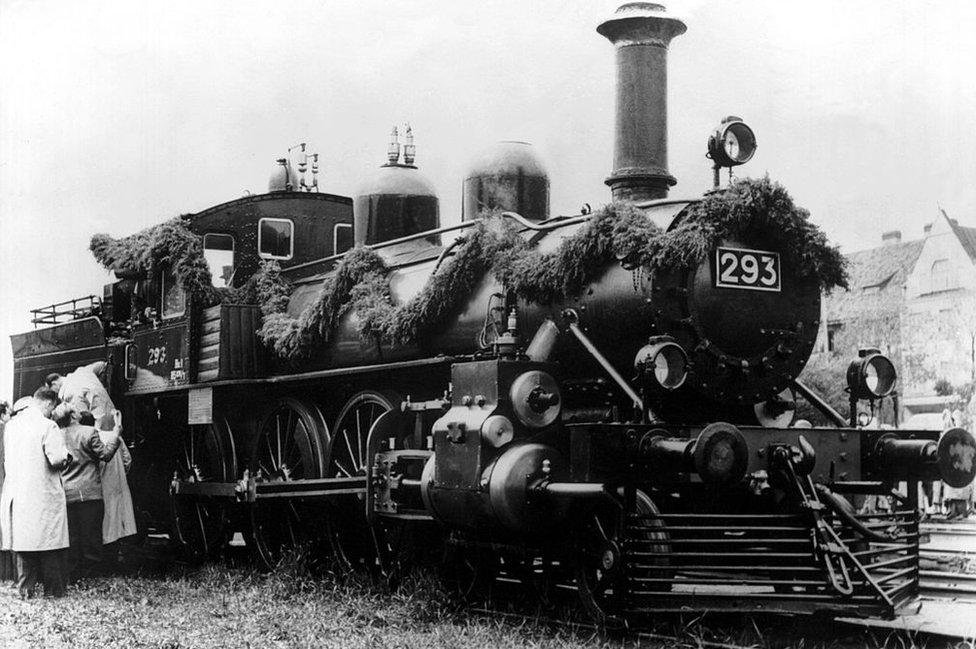 La locomotora que haló los vagones en los que Vladimir Ilitch Oulianov viajó fue un regalo de Finlandia.