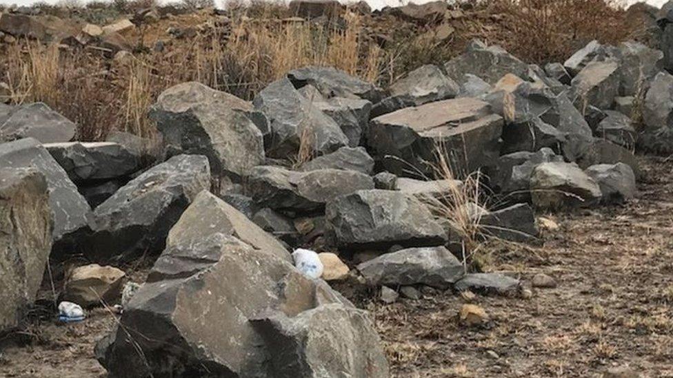 عُثِر على بقايا جثة المرأة بين هذه الحجارة