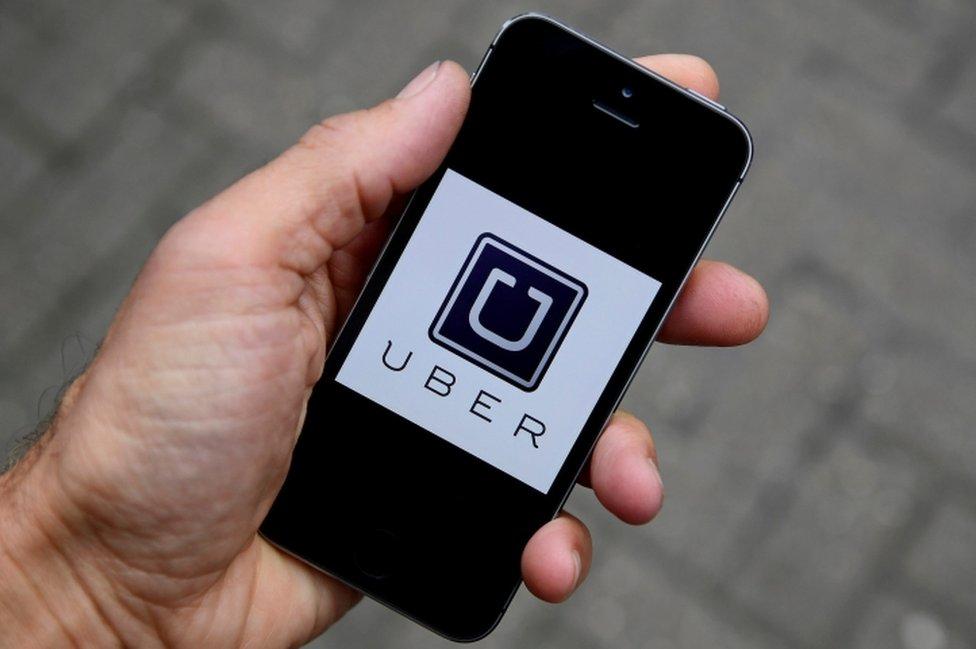 شعار تطبيق أوبر على هاتف نقال