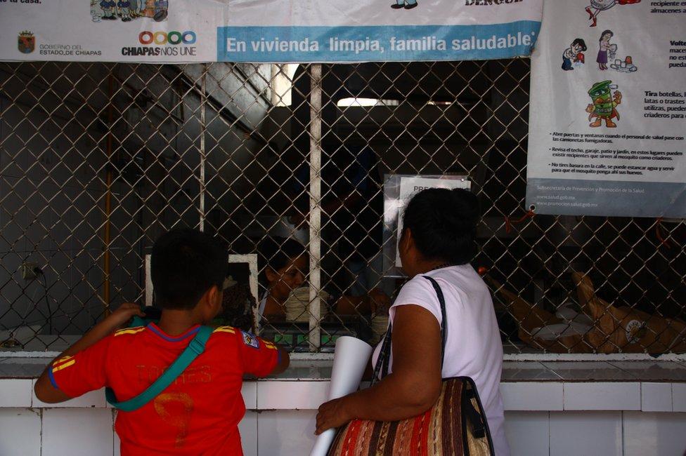 Mujer y niño en una venta de tortillas en Tapachula, Chiapas, México. (Foto: Leire Ventas)