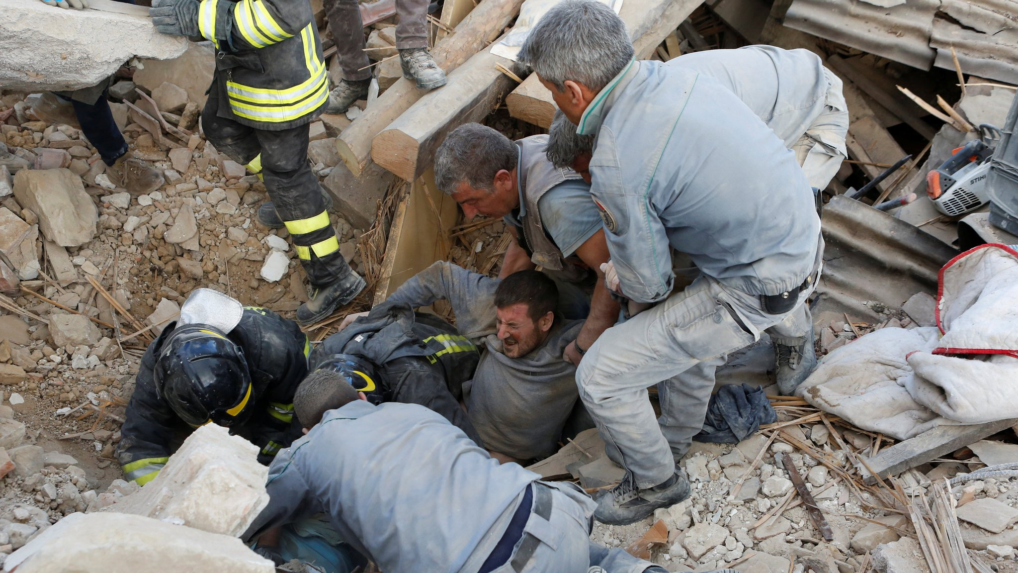 Italy quake rescuers ask locals to unlock their wi-fi