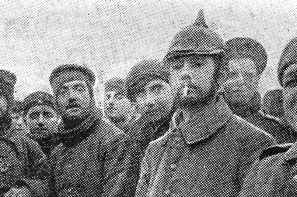 Un soldado alemán junto con soldados británicos durante el armisticio acordado en la navidad de 1915.