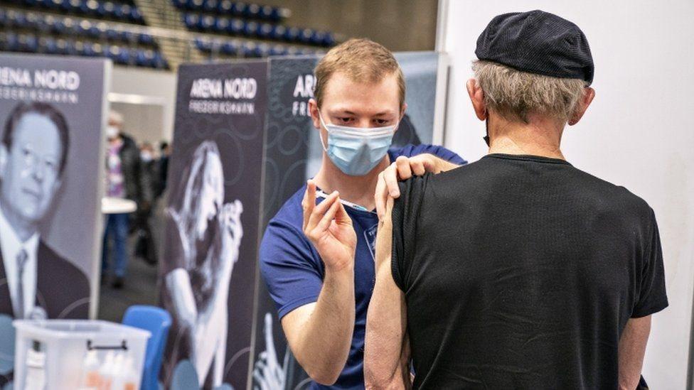 Covid aşısı: Danimarka, Astra Zeneca aşısının kullanımını durduran ilk ülke oldu - BBC News Türkçe