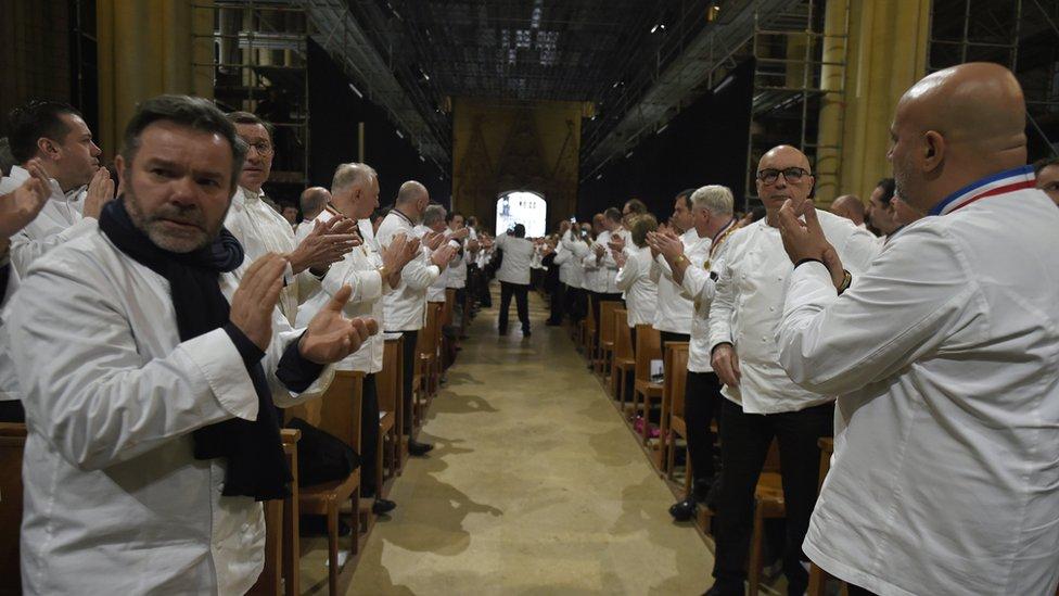 Los aplausos a Bocuse en su partida de la catedral de Lyon.