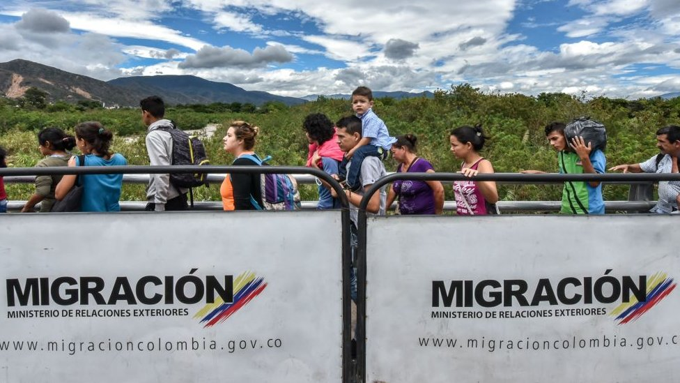 Fila en el puente Simón Bolívar, que une las fronteras de Colombia y Venezuela.