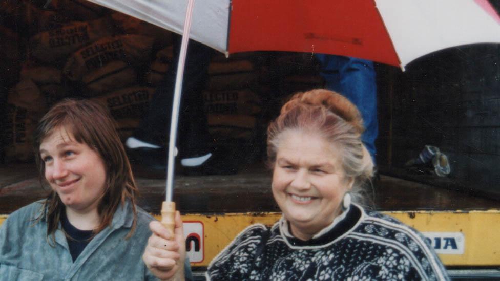 Polly con su madre en 1992