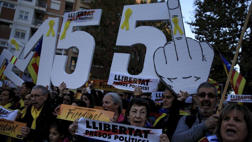 Además de pedir la liberación de los presos, los independentistas también se oponen a la aplicación del artículo 155 de la Constitución española, por el que Madrid tomó el control del gobierno de Cataluña a fines de octubre.