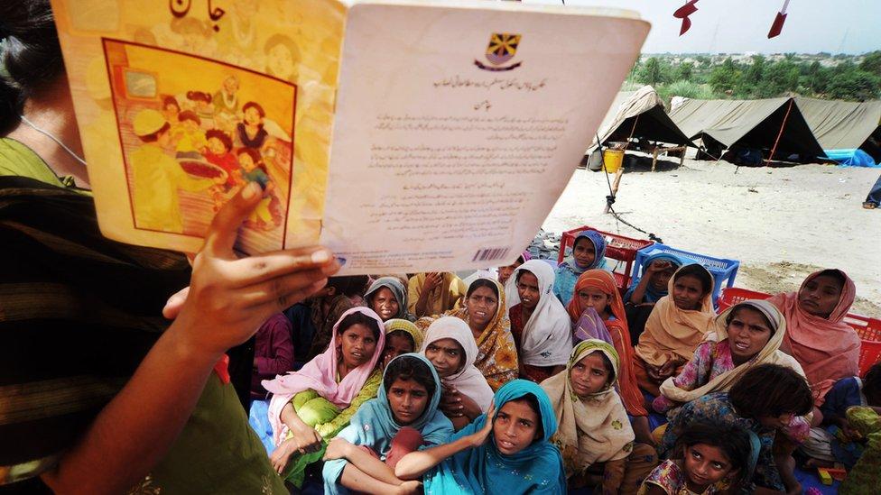 Anak perempuan Pakistan mendengarkan guru mereka di tenda sementara