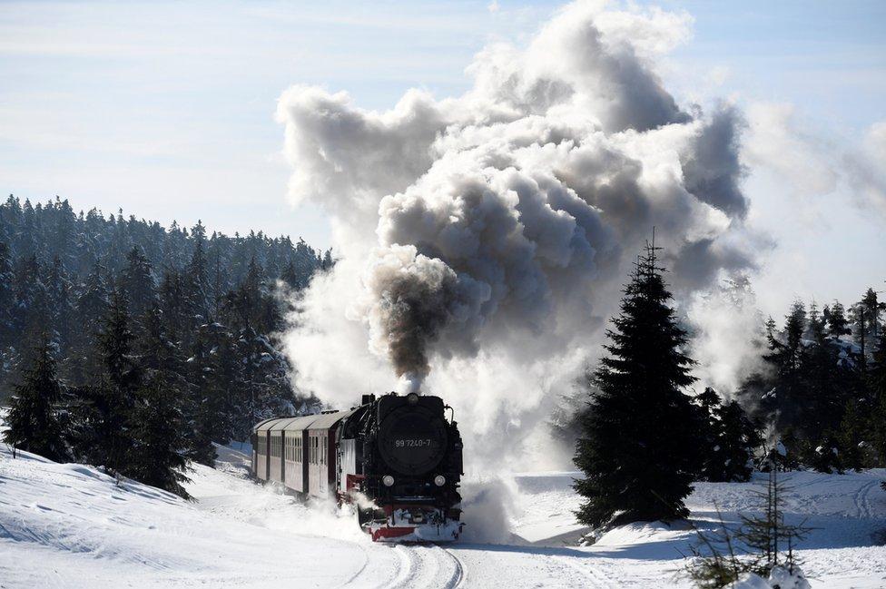 قطار بخاري يشق طريقه نحو جبل بروكين عبر مناظر طبيعية تغطيها الثلوج قرب قرية شيركي بألمانيا.