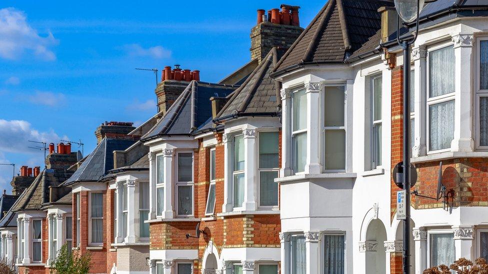 El emprendedor cobra US$130 por vender una casa, mientras que los precios de competencia pueden superar los US$1.000.