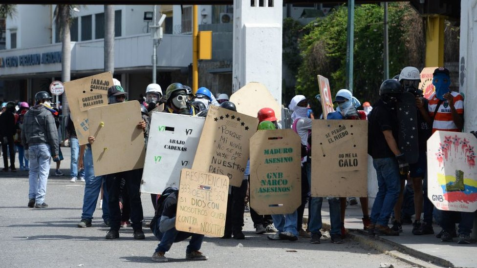 Con escudos caseros algunos manifestantes se enfrentan con la Guardia Nacional Bolivariana en Venezuela,