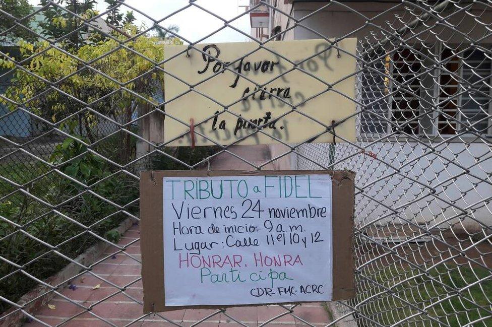 Un cartel que anuncia un tributo a Fidel a un año de su muerte.