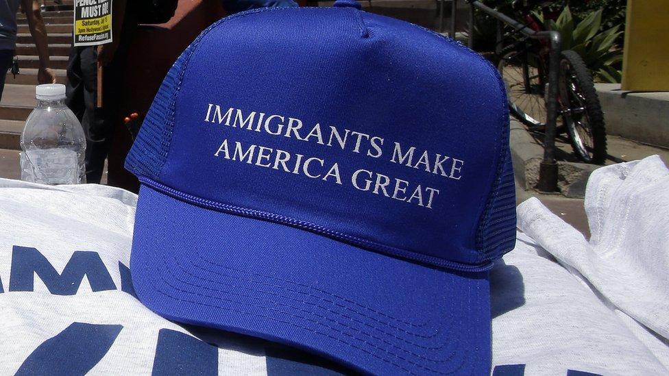 """""""Los inmigrantes hacen grande a Estados Unidos"""", se lee en esta gorra, como respuesta al lema de campaña de Donald Trump: """"Hagamos a Estados Unidos grande de nuevo""""."""