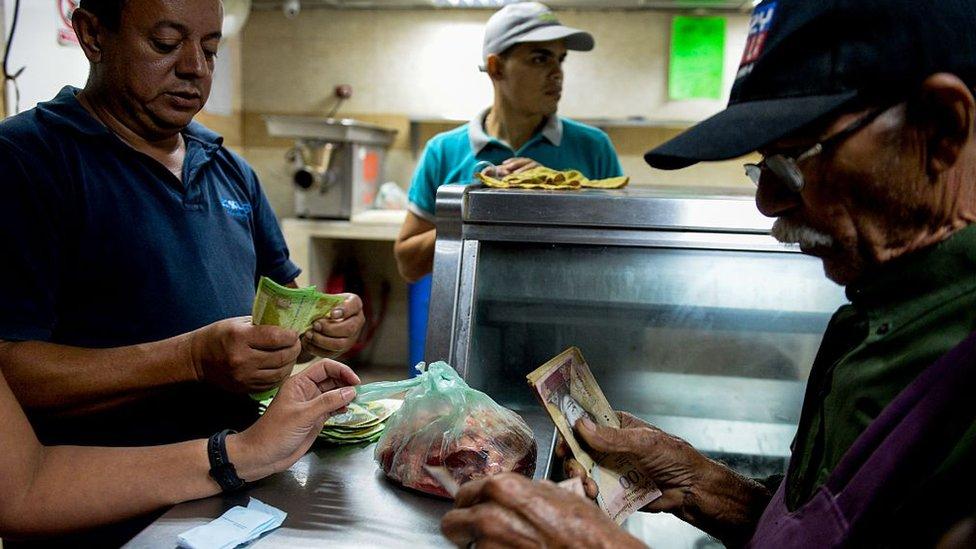El poder adquisitivo de la moneda venezolana ha decaído constantemente en los últimos años, lo que obliga a los compradores a portar muchos billetes.