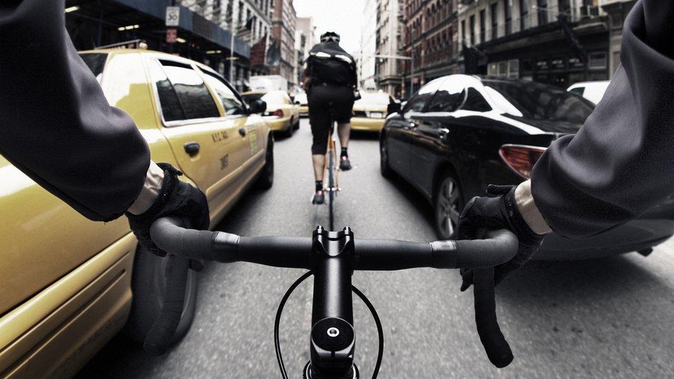 El tráfico impide que se pueda rodar con un ritmo constante en las ciudades.