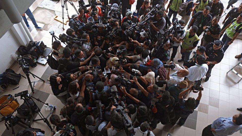 馬來西亞雪蘭莪雪邦法庭大樓內從高處俯瞰茜蒂·艾希亞代表律師魏順成被攝影師與記者包圍的情景(1/3/2017)