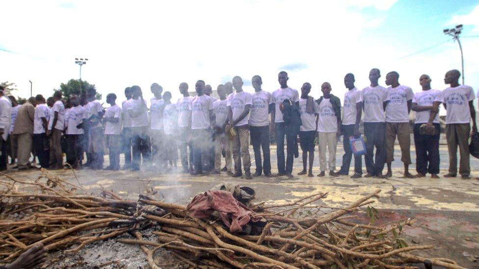 Milicianos dentro del estadio de Kananga