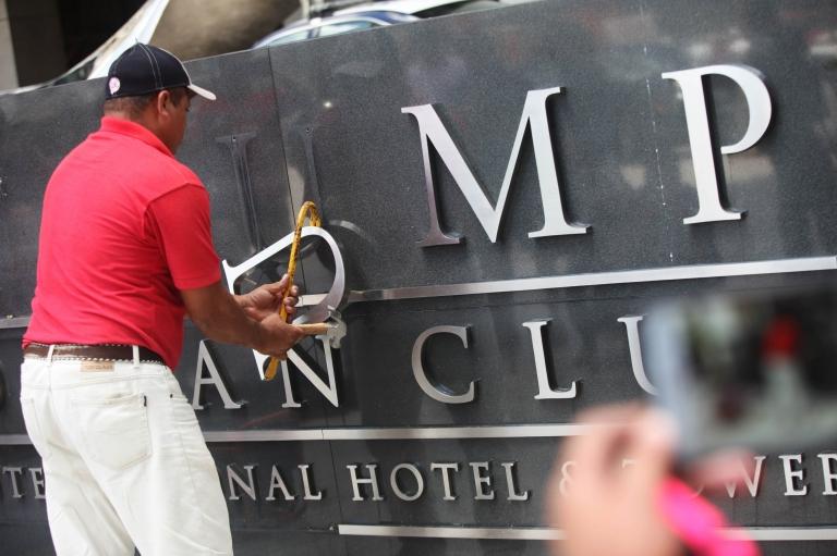 El nombre de Trump fue retirado de la fachada de un hotel en Panamá.