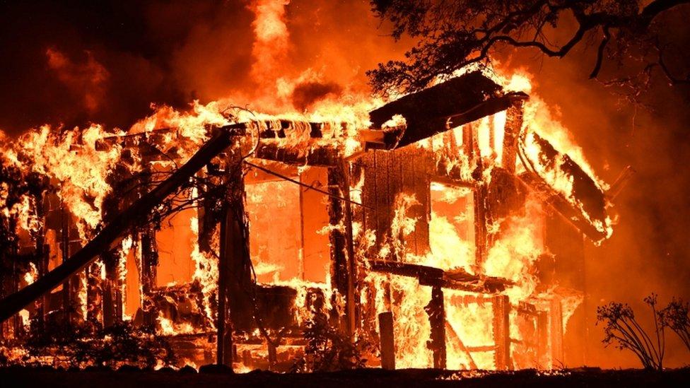 منزل تلتهمه النيران