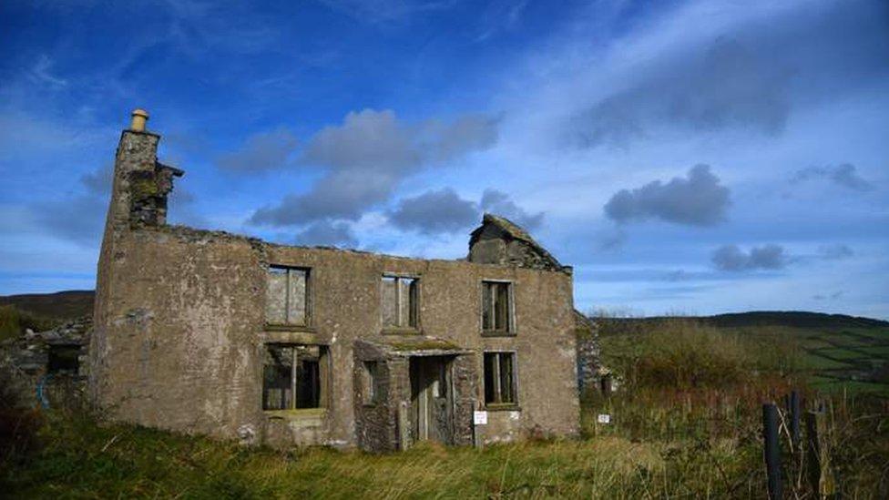 Conduciendo por la costa oeste de la isla es común ver casas abandonadas, de cuando los residentes tenían que emigrar.
