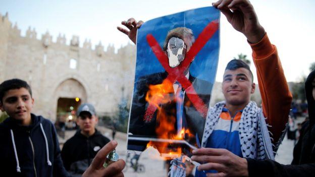 احتجاجات فلسطينية على تهديد ترامب بقطع المعونات