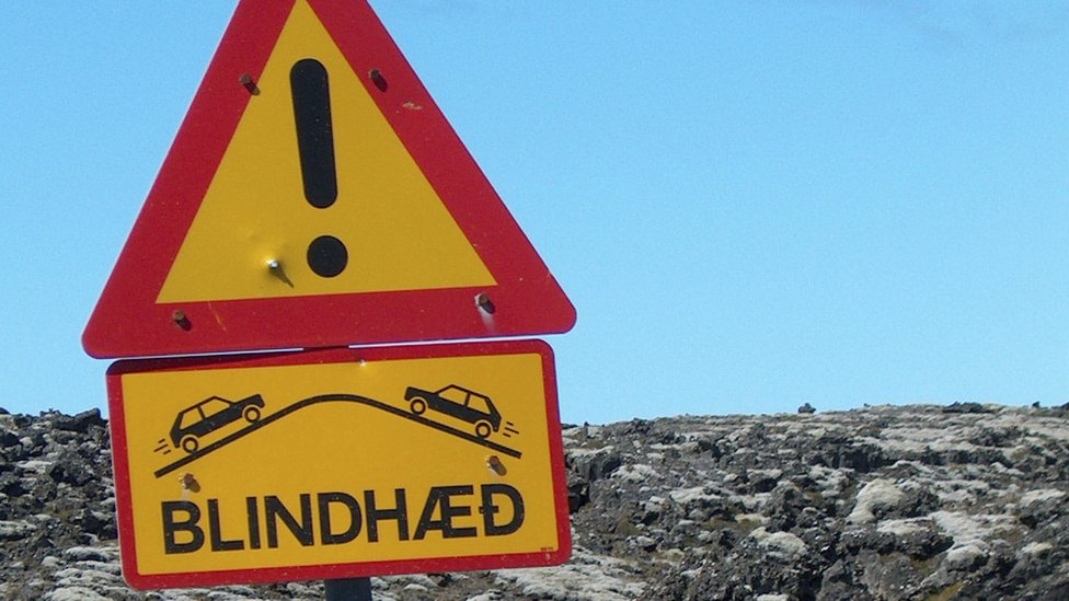 An Icelandic road sign marking a blind rise