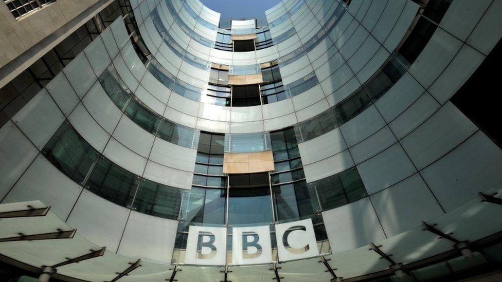 """La BBC opera bajo el mandato de una """"Carta Real"""" que debe garantizar su independencia política y comercial."""