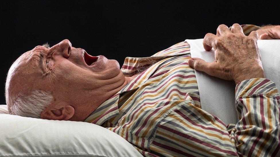 Hombre mayor grita mientras duerme.